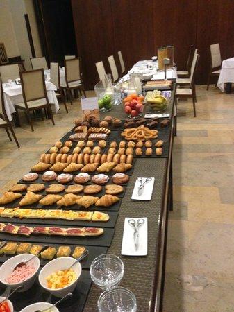 NH Collection Palacio de Burgos : Rico desayuno