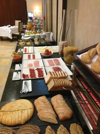 NH Collection Palacio de Burgos: Rico desayuno