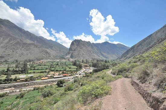 B&B Picaflor Tambo: View of Ollantaytambo from the easy trek across the river (also free)