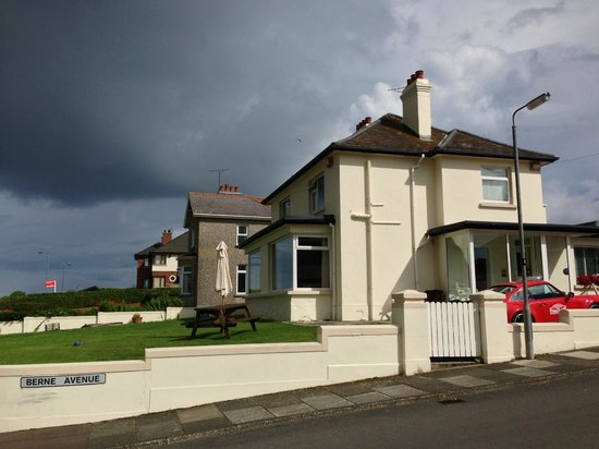 Strandeen Bed and Breakfast: View from the Street