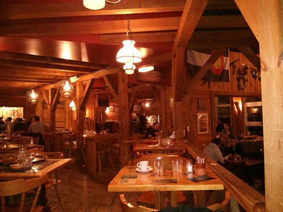 """El Tex Mex : """"Estrade"""" sur la gauche de la salle du restaurant, avec les tables de 2 (à droite) & tables de 4"""
