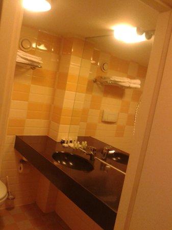 Grote badkamer met grote badkuip - Picture of XO Hotels City Centre ...