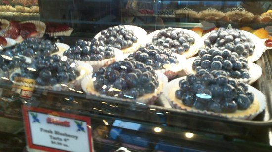 Granville Island : Blueberry tarts on display