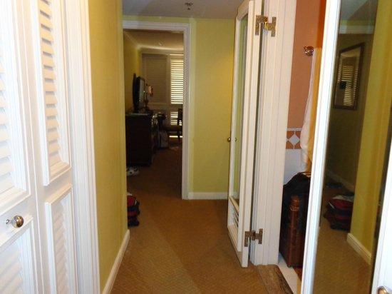 Grand Wailea - A Waldorf Astoria Resort : hall leading into bedroom