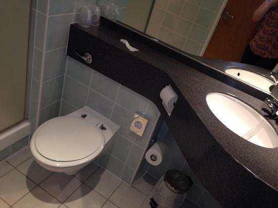 Holiday Inn Express Liverpool-Knowsley: our hotel room bathroom