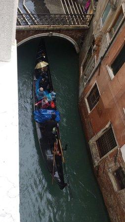 Palace Bonvecchiati: Vista dalla stanza sul canale con passaggio di gondole e gondolieri che cantano. Suggestivo