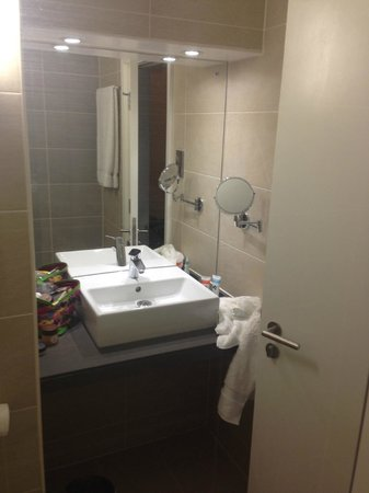 Best Western Plus Samlesbury Hotel: sink area