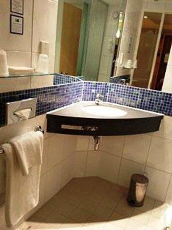 Holiday Inn Express London-Swiss Cottage: 小さなシンクですが十分なサイズでした