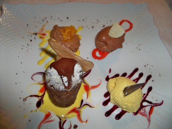 Osteria a Le Due Spade: tris di mousse al cioccolato Amedei con tortino di cioccolato e pere