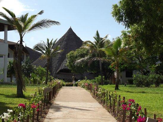 Garoda Resort: viale che porta alla hall