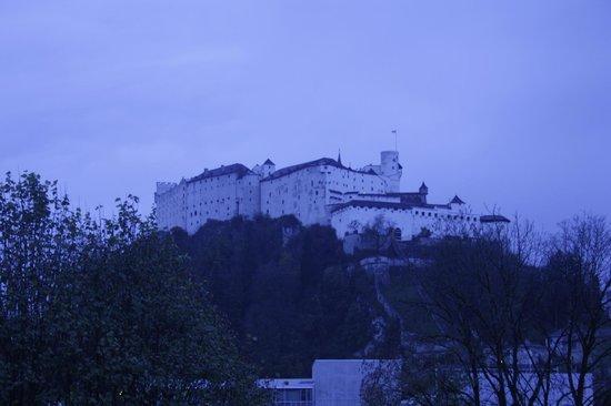 JUFA Hotel Salzburg City: вот такой вид из номера (ночью замок подсвечивают)
