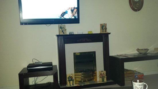 Edenmore Guest House : comfy lounge and tv