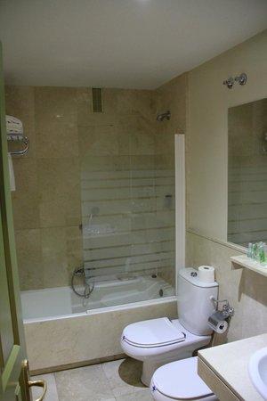 Hotel Leonor de Aquitania: baño