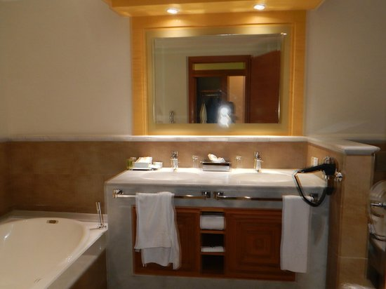 Iberostar Rose Hall Suites: Nice size bathroom