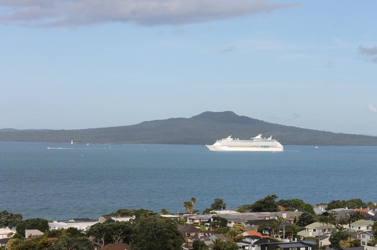 The Spencer on Byron Hotel : Cruise departs the Waitemata Harbour
