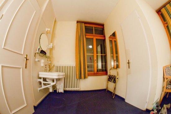 Hotel Staubbach : Room sink