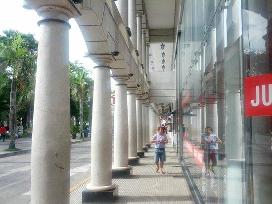 Senses Boutique Hotel: Sidewalk Outside Hotel