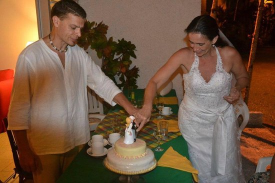 Goblin Hill Villas at San San : cutting the wedding cake at our villa