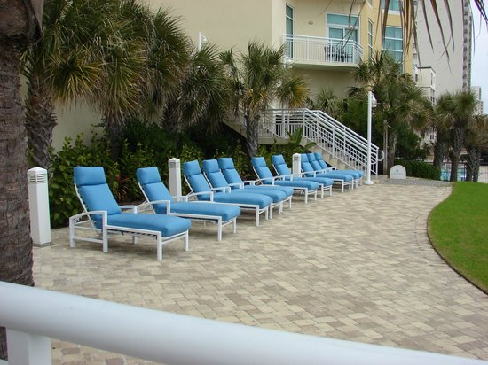 Wyndham Ocean Boulevard: Lounge Chairs Looking Out Towards The Ocean
