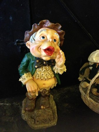 Jim Oliver's Smoke House Restaurant and Old General Store: Example of little figurine found in dining area