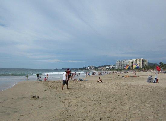 Tesoro Ixtapa : La plage à droite de l'hôtel