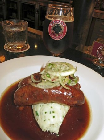 Redoak Boutique Beer Cafe: Lamb sausages at the bar with a great beer
