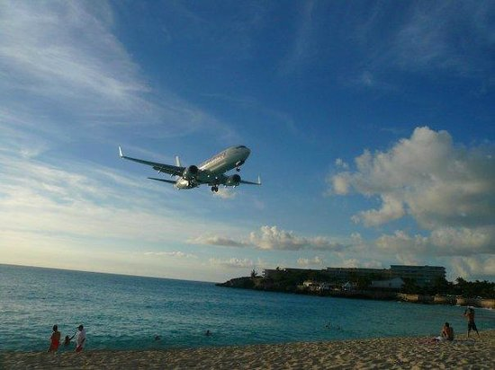 Sunset Beach Bar: and thats a small plane!
