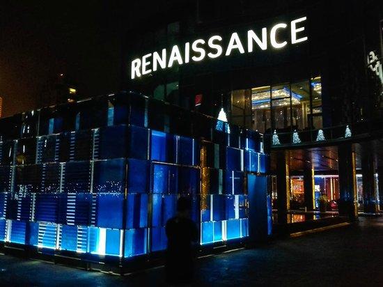 Renaissance Bangkok Ratchaprasong Hotel: Entrance art