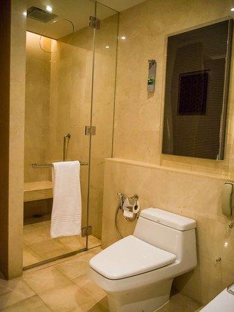Renaissance Bangkok Ratchaprasong Hotel : Shower/toilet