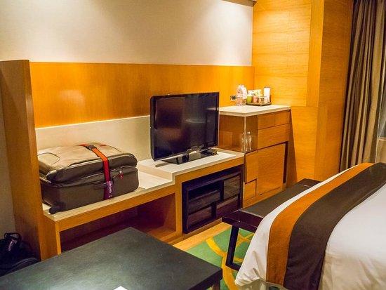Renaissance Bangkok Ratchaprasong Hotel : TV and baggage desk