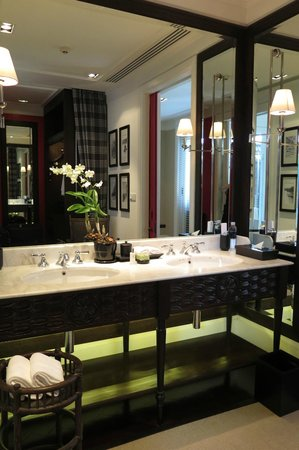 137 Pillars House Chiang Mai: Huge double sink with many amenities
