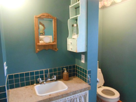 Java Junction Bed and Breakfast: toiletries provided - nice