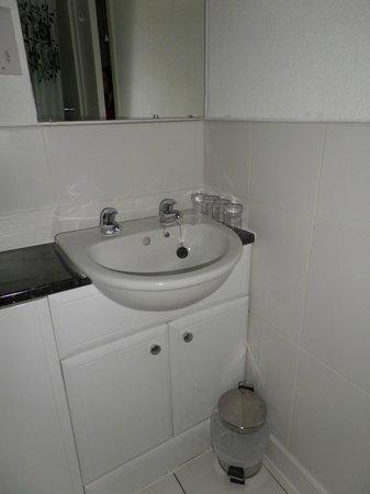 Benleva Hotel: Bathroom