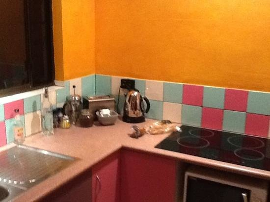 Pink Flamingo: kitchen.