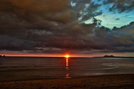Nabulao Beach and Dive Resort : Nabulao Sunset