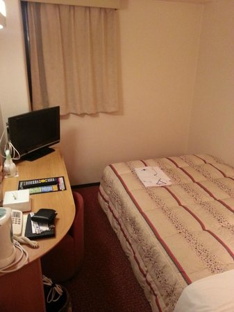 UNIZO INN Tokyo Kandaeki-West: Room is small and just a single bed and a small desk.