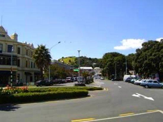 Ivanhoe Holiday Suites: Devonport town centre
