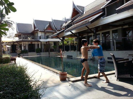 Baan Yin Dee Boutique Resort : kids at the pool