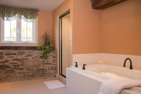 Caldwell House Bed and Breakfast: Storm King room Jacuzzi