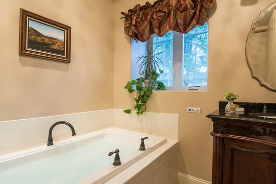 Caldwell House Bed and Breakfast: Freedom Trail Jacuzzi Tub