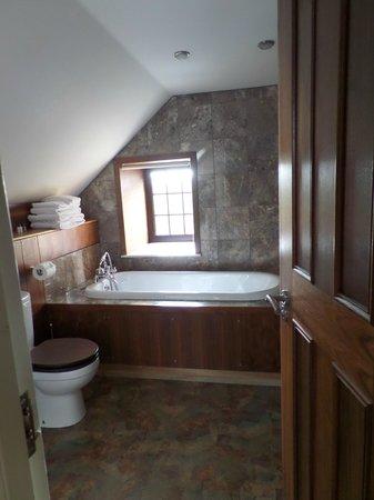 Ashtree House Hotel: Bathroom