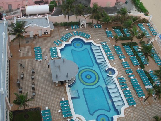 Hotel Riu Palace Paradise Island: pool view from balcony