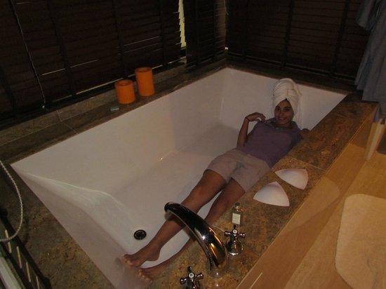 Gaya Island Resort : Huge Bath