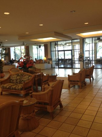 Castle Hilo Hawaiian Hotel: View of the lobby common area