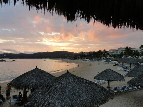 Dreams Huatulco Resort & Spa: sunset view from the Baracuda bar