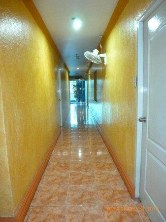 Blue Sky Suite Hotel: hallway
