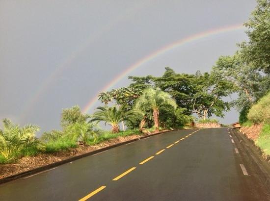 Amparo, SP: chegada ao resort - um dos arcoiris mais intensos que já ví