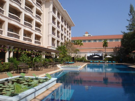 Hotel Somadevi Angkor Resort & Spa: ホテルとプール