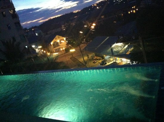 Rama Kata Beach Hotel: Night view from pool