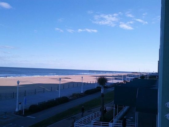 Holiday Inn Va Beach-Oceanside (21st St): View to the right from the balcony